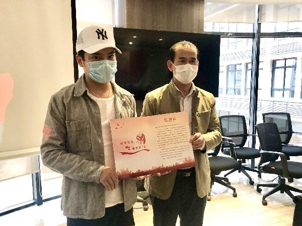 何智勇先生代表小浣熊婴童洗护品牌接受龙海市委、市政府颁发的爱心捐赠感谢信